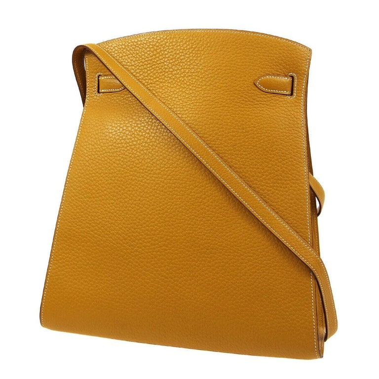 Leather Gold tone hardware Turnlock closure Leather lining Date code present Made in France Adjustable shoulder strap drop 14-16