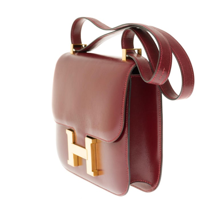 Hermes Constance 23 shoulder bag in burgundy calfskin with gold hardware ! In Excellent Condition For Sale In Paris, Paris