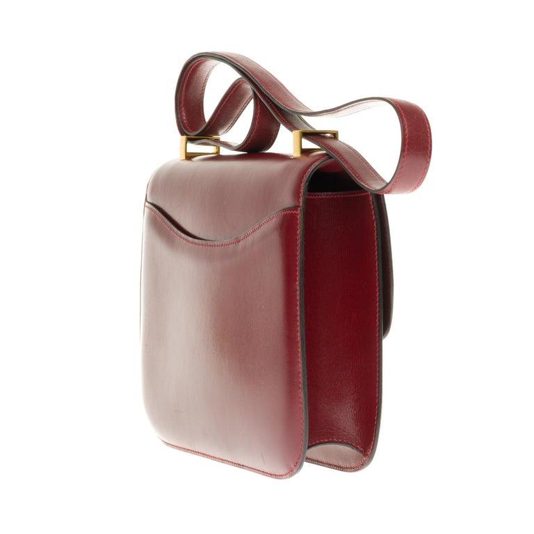 Women's Hermes Constance 23 shoulder bag in burgundy calfskin with gold hardware ! For Sale