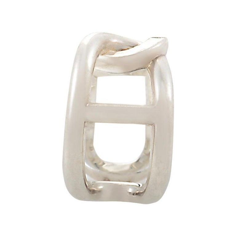 This beautifully unique and creative cythère women's ring from Hermès has an intricately gorgeous design that radiantly emanates an alluringly refined appearance. The spectacular ring is brilliantly crafted from polished sterling silver and has an
