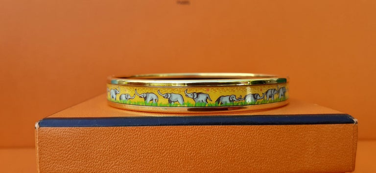 Hermès Enamel Printed Bracelet Elephants Grazing Yellow Ghw Narrow Size 65 For Sale 3