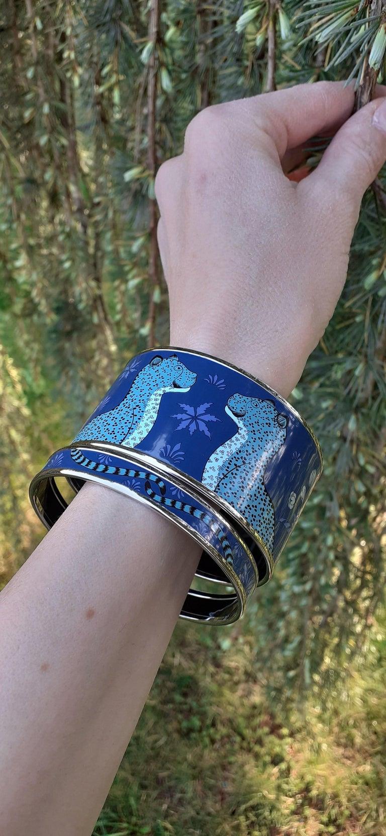 Hermès Enamel Printed Bracelet Leopards Blue Extra Wide Palladium Hdw Size GM 70 For Sale 8