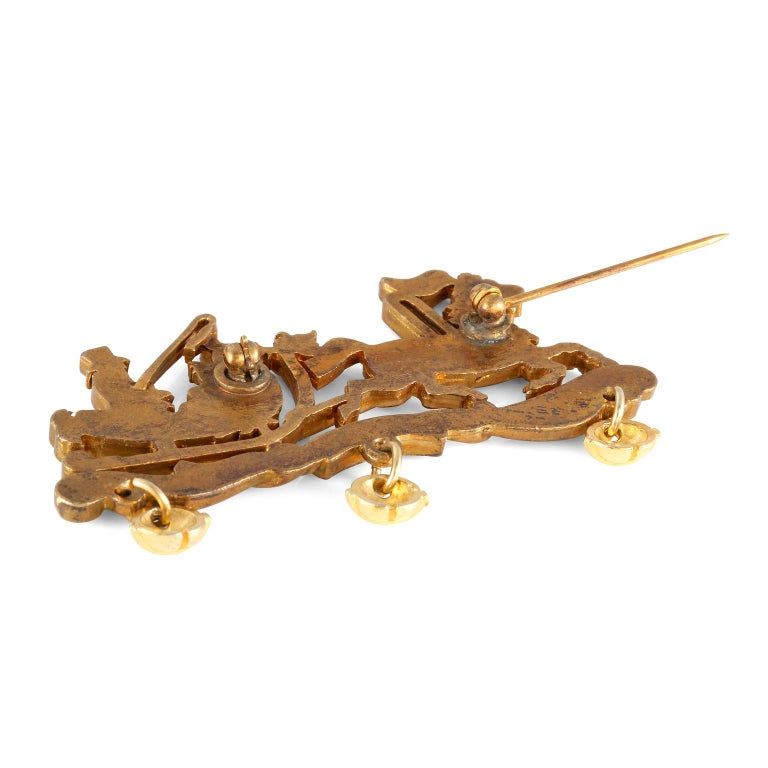 This authentic Hermès Enamel Sleigh Pin is in excellent condition.  Gold tone sleigh and driver with red and green inlaid enamel.    Pouch or box included.