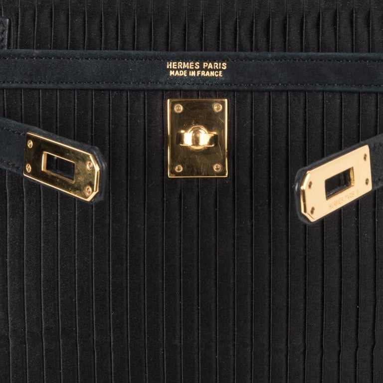 Hermes Kelly 20 Vintage Black Pleated Silk Suede Trim Gold Hardware In Good Condition For Sale In Miami, FL