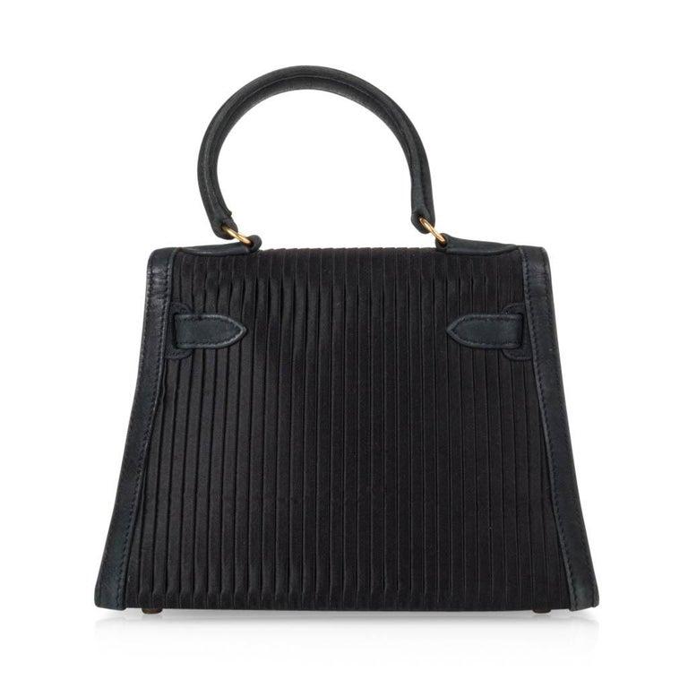 Hermes Kelly 20 Vintage Black Pleated Silk Suede Trim Gold Hardware For Sale 4