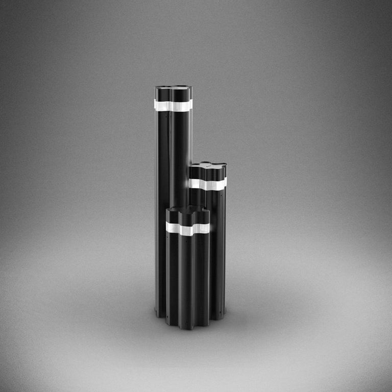 The outdoor version of Logico timeless design offers a collection of bollards available in three heights that can be used a single or combined for a triple grouping. Garden or pedestrian usage. Extruded aluminum pole with die-cast aluminum lighting