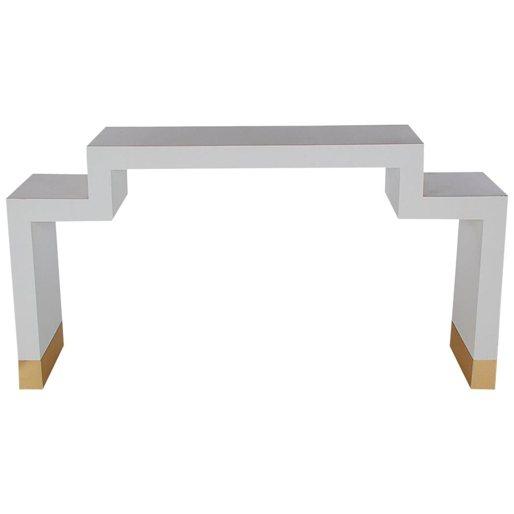 Exceptionnel Hollywood Regency White Lacquer And Brass Petite Console Or Media Table