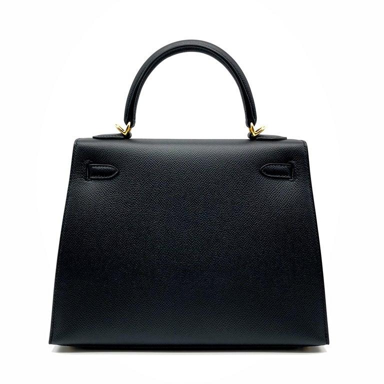 Women's or Men's Hermès Kelly 25cm Black Epsom Leather Gold Hardware For Sale