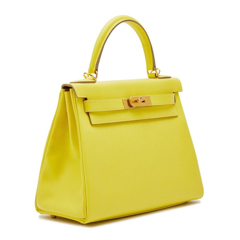 This Hermès Kelly 28 exudes opulence, crafted from a tropical shade Lime, lined in a complementary vibrant-toned goatskin and finished with gold hardware. Compact-sized, the handbag's interior holds a zipped pocket and an open pocket, making it as