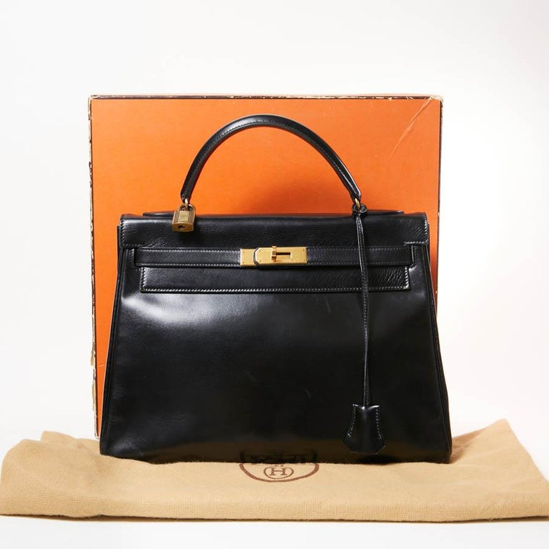 We no longer describe Hermès bags. This one is in perfect condition despite its age. It is in black box calfskin. It has its padlock, its keys, the zipper and the bell. The jewelry is gold plated. It is lined in leather with 3 pockets, one of which