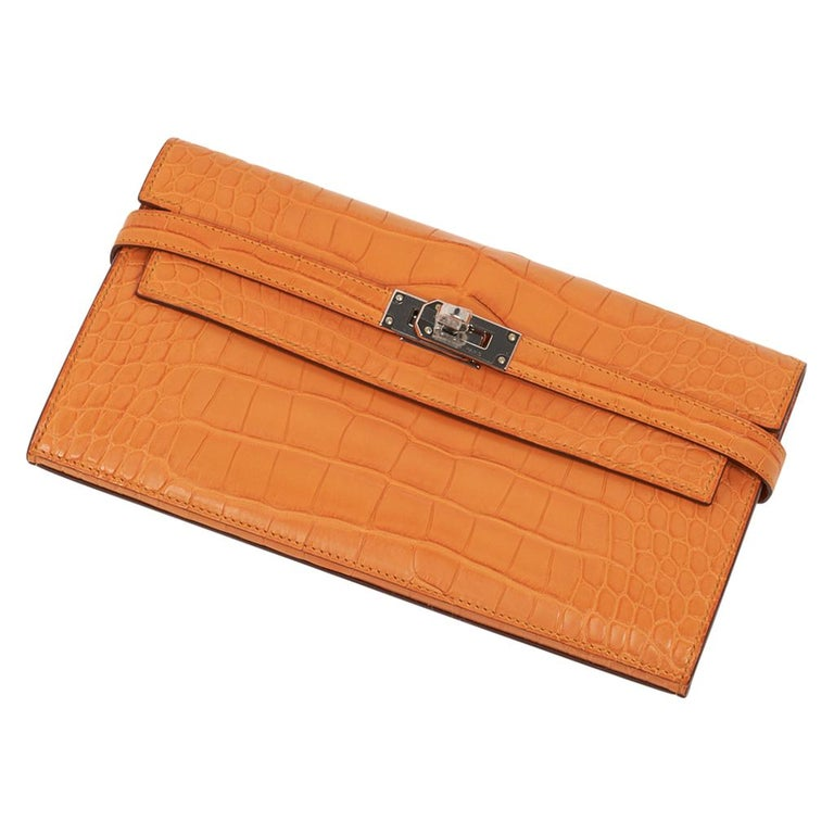 Hermes Kelly Classic Long (Longue) wallet featured in rare Abricot matte alligat In New Condition For Sale In Miami, FL
