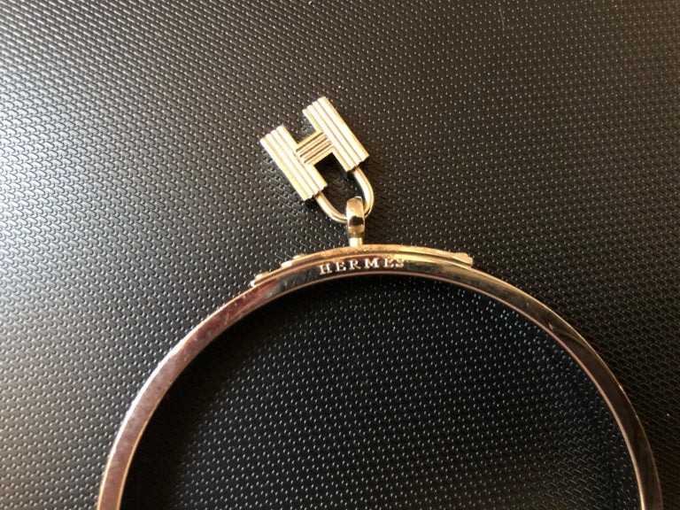 This is a lovely PM 65 S-M orange red Hermes Kelly H Cadena pendant lizard and palladium bangle which includes the dust bag and box.
