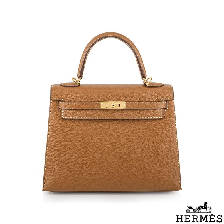 An exquisite Hermès 25cm Kelly bag. The exterior of this Kelly features a sellier style in gold epsom leather. The gold epsom leather is complemented with gold hardware and tonal stitchings. It features a front toggle closure with two straps,