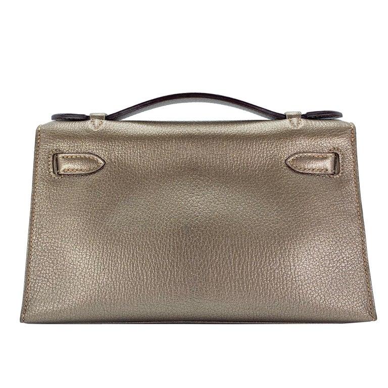 Gray Hermès Kelly Pochette Metallic Bronze Chèvre Leather Ruthenium Hardware For Sale