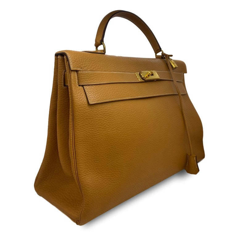 Hermès Kelly Retourne Handbag Gold Fjord Leather with Gold Hardware 40, dated 1985. Hand crafted in France from premium fjord leather with adorning gold plated hardware. Fjord leather, which is still used by the iconic Fashion house today is well