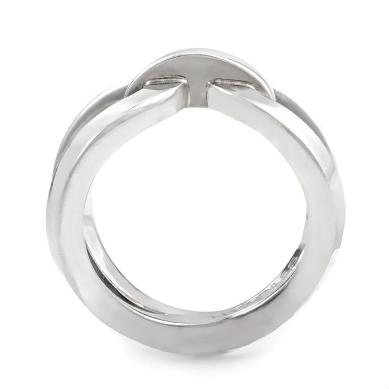 This stunningly spectacular knotted ring from Hermès has a gorgeously distinctive design that is sure to be treasured for many years to come. The incredibly remarkable ring is brilliantly crafted from the prestigious gleam of sterling silver, and