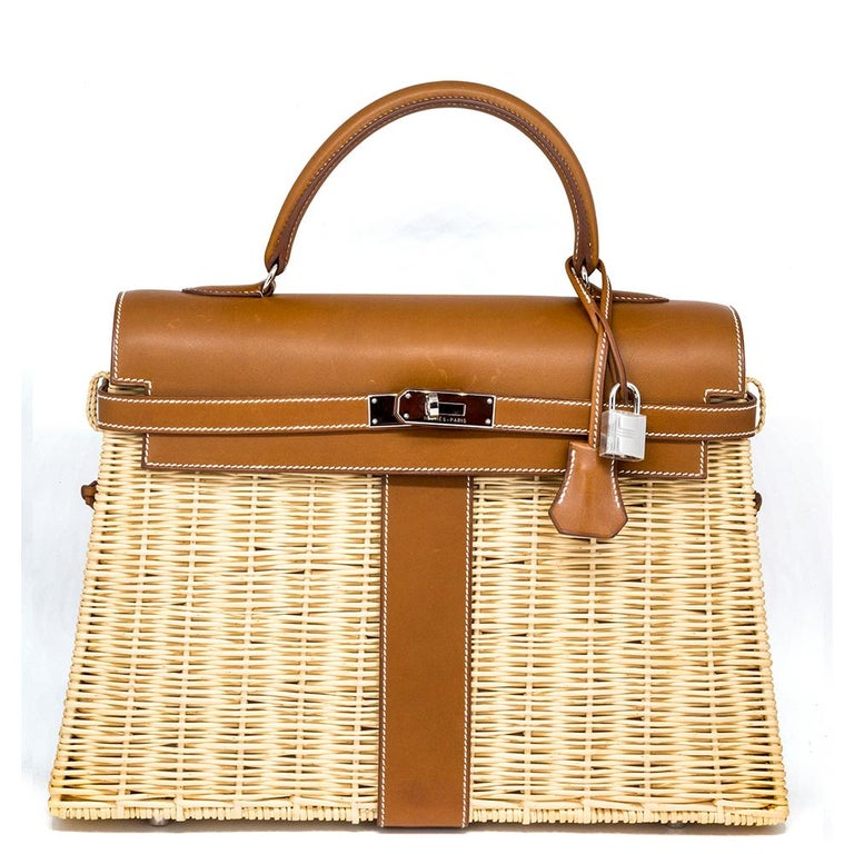 Crafted in France, this extremely rare and highly sought over Kelly Picnic bag from Hermès is a true testament to the quality of the house's craftsmanship, exuding timeless style and elegance. 35cm in size, this unique piece features a distinctive