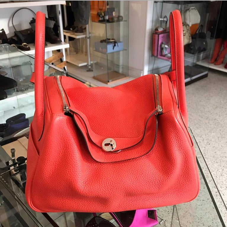 Women's Hermes Lindy 34 Shoulder Bag in Taurillon Clemence Rouge Pivoine For Sale