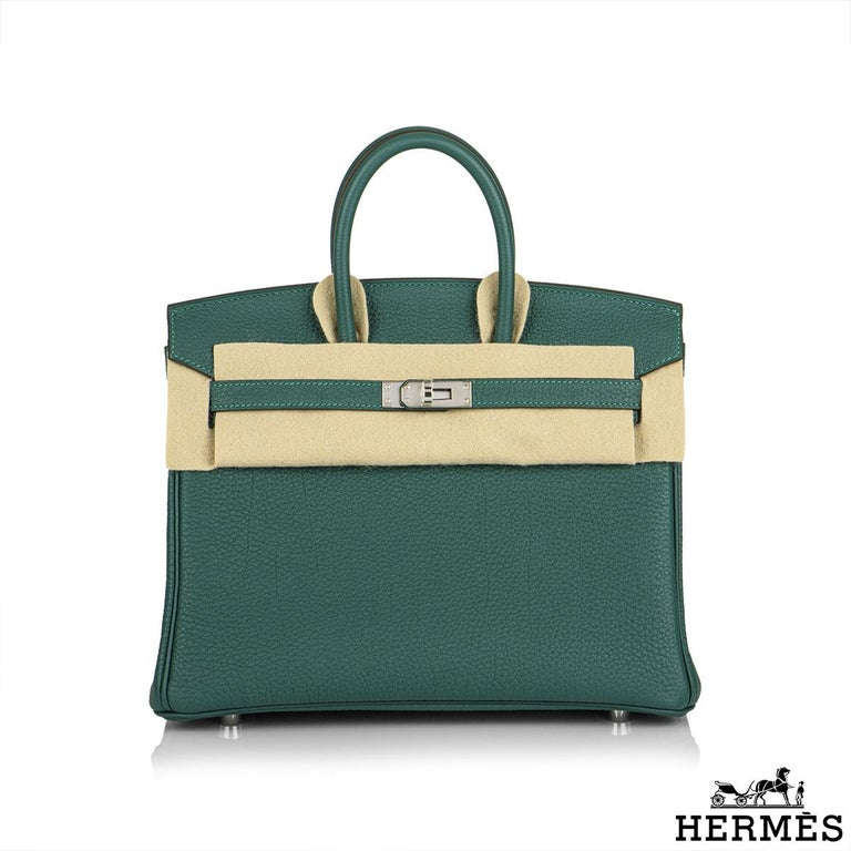 An exquisite Hermès 25cm Birkin bag. The exterior of this birkin is in malachite togo leather with tonal stitching. It features palladium hardware with two straps and front toggle closure. The interior is lined with malachite chevre and has a zip