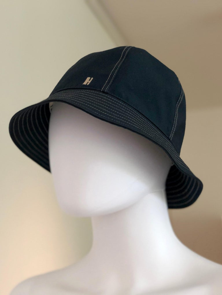 Hermes Midnight Blue Cotton Size 57 Bucket Hat w/ Tan Top Stitch & Embroidered H In Excellent Condition For Sale In Houston, TX