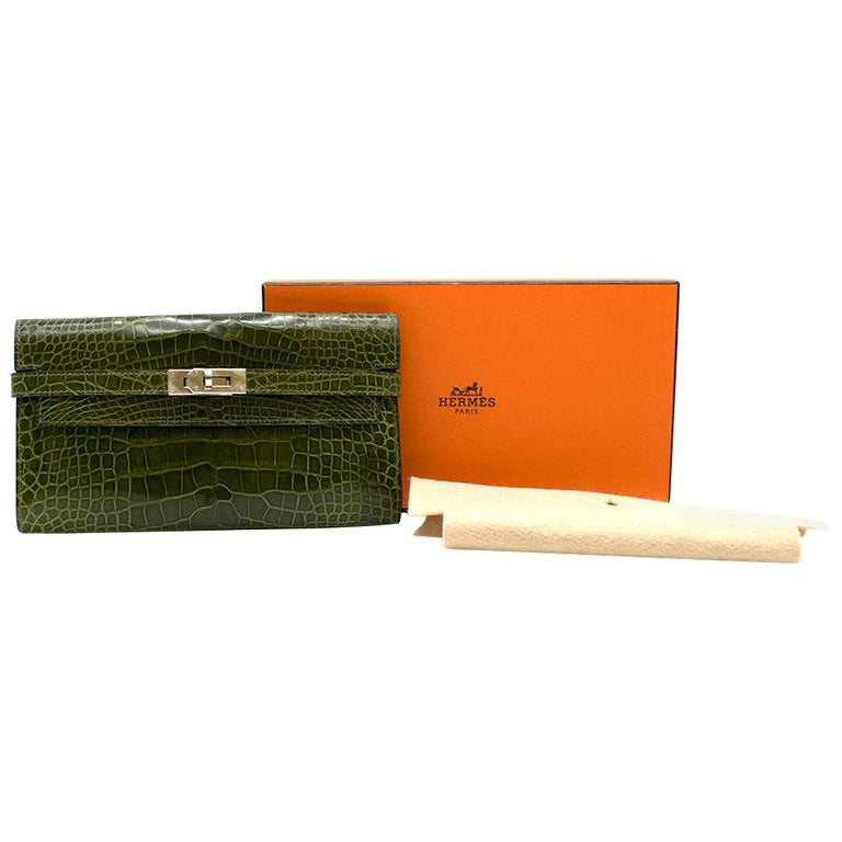 Hermes Alligator Mississippiensis Braise Kelly Classic Wallet  - Age M in a square (Circa 2009)  -Two compartments, two slip pockets, one zip partition, and twelve card holders. - Palladium Hardware - Shiny Alligator - Vert Veronese green colour -