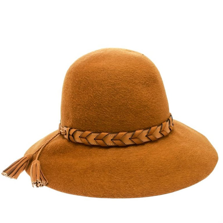 The open crown, wide brim and leather hatband with tassel ends come together to create this beautiful Hermes wool hat. Fedora is one style essential that has never gone out of the fashion scene. They continue to lend men and women a chic way to