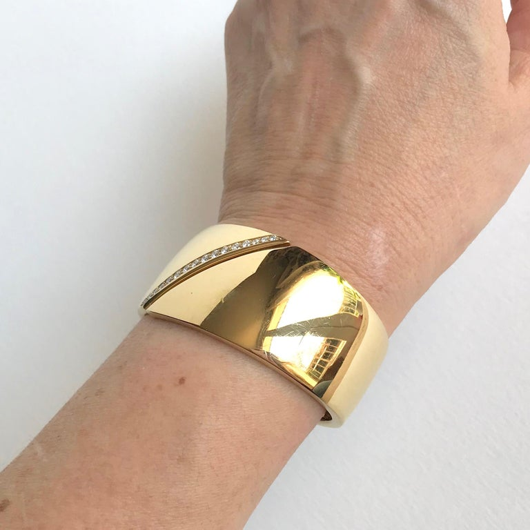 Hermes Rigid Bracelet in 18 Carat Yellow Gold and Line of Diamonds In Good Condition For Sale In Paris, FR