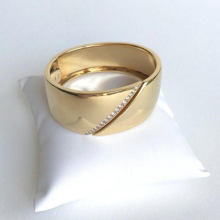 Women's Hermes Rigid Bracelet in 18 Carat Yellow Gold and Line of Diamonds For Sale