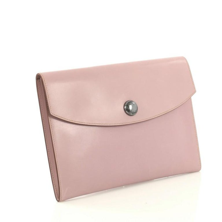 This Hermes Rio Clutch Leather PM, crafted from Mauve Pale purple Box Nepal leather, features touareg sterling silver hardware. Its snap button closure opens to a Mauve Pale purple Box Nepal leather interior. Date stamp reads: F Square (2002).
