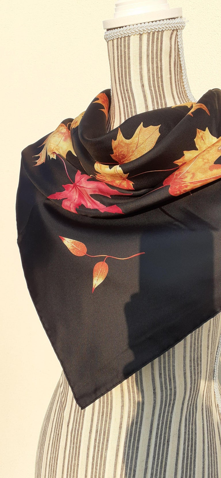 Hermès Silk Scarf A Walk In the Park Leigh P Cooke Leaves Black 90 cm  For Sale 16