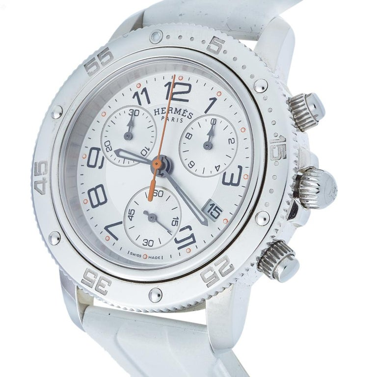 Designed with modern aesthetics, this Clipper wristwatch from Hermes is sophisticated, ideal for women who prefer elegance. Made from stainless steel, the bezel is engraved with minute markers. It features a silver dial fitted with Arabic numeral
