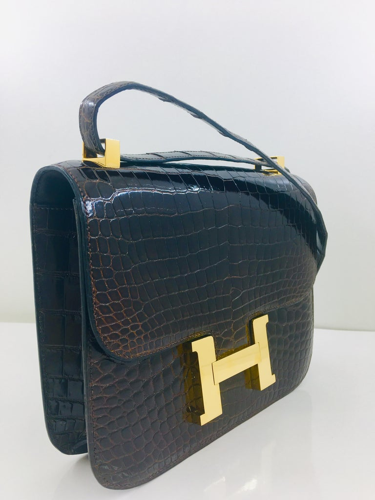 Hermes vintage Constance 23 in brown crocodile In Good Condition For Sale In London, GB