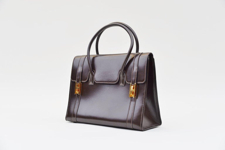 From the collection of Savineti we offer this Hermes Vintage Drag bag: -Brand: Hermès  -Model: Drag  -Year: 1970 -Condition: Good -Materials: Box Leather, Gold-Toned Hardware  -Length of the top handles: 9cm  We at Savineti sell rare and