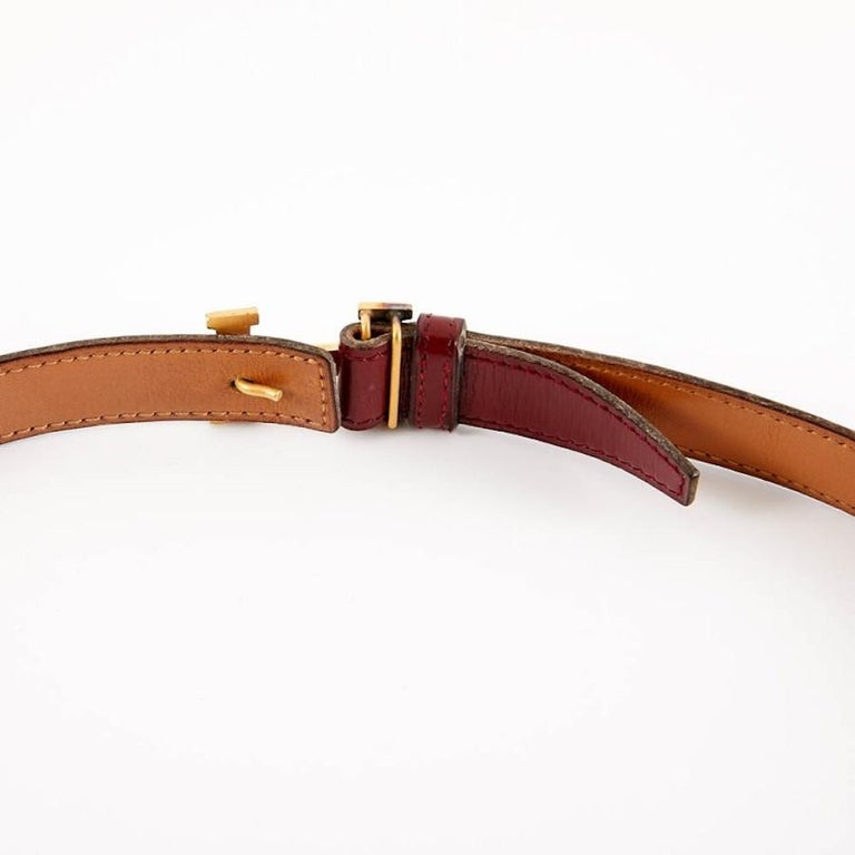 Reversible HERMES belt. This small model is a thinny belt with golden metal H buckle (micro scratches). Both the box leather and buckle are signed Hermès. The reversible leather is one side Gold and on the other Red Hermes. It is in good condition.