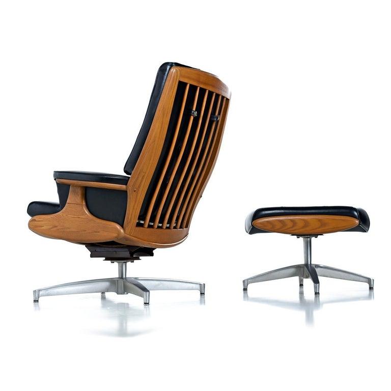 Original black Naugahyde Mid-Century Modern Heywood Wakefield lounge chair with ottoman. Model 710D in