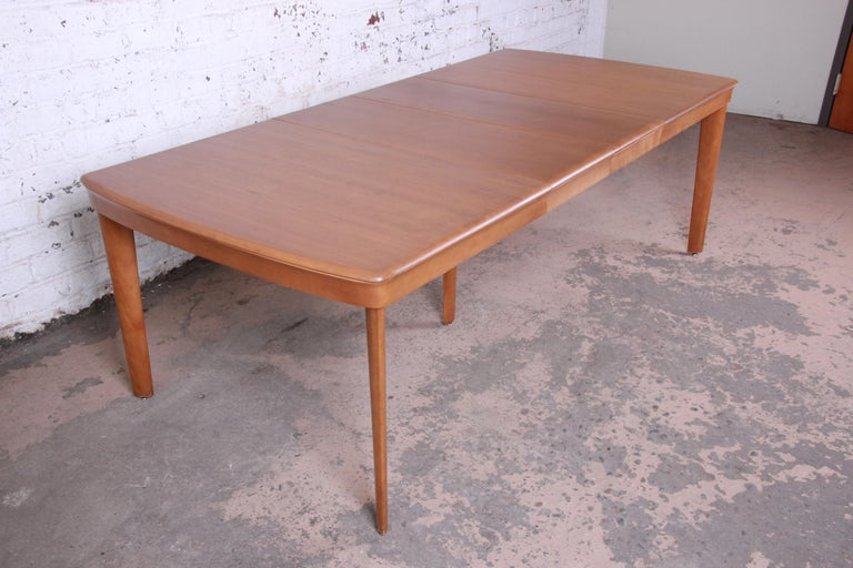 Offering a very nice Heywood Wakefield Mid-Century Modern extension dining table. The table has nice clean modern lines and expands to 90.5