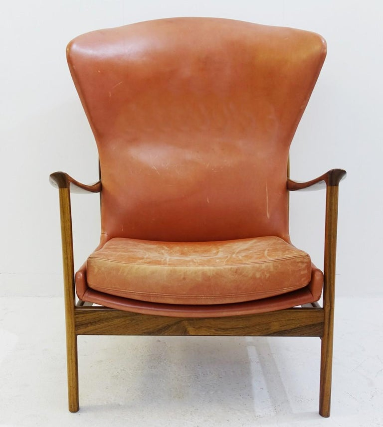 High back armchair in wood and leather, padding to replace.