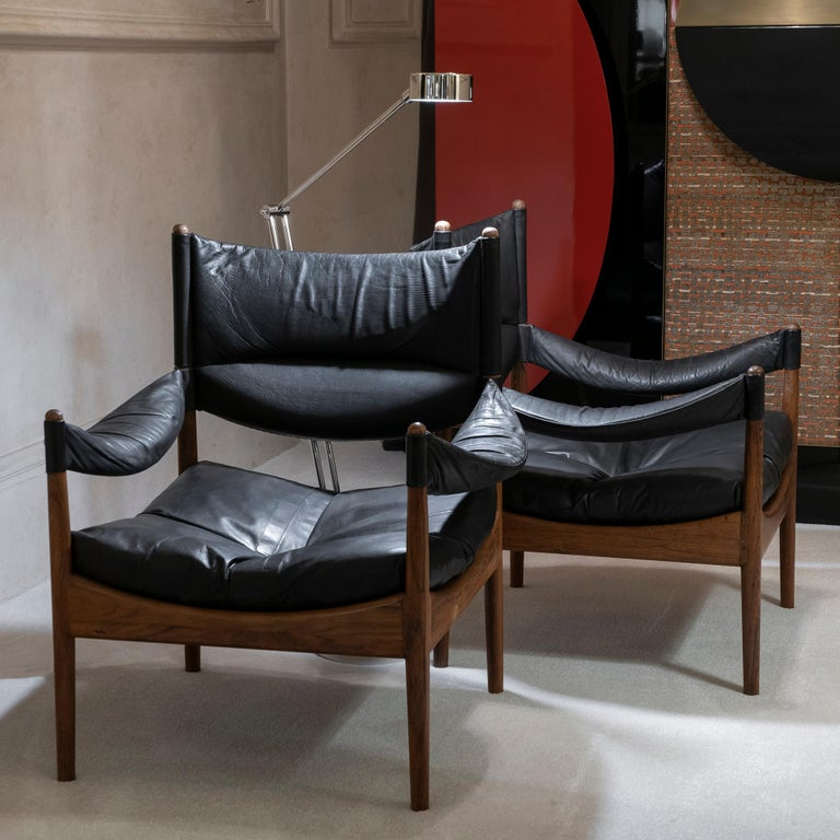 Pair of Scandinavian Mid-Century Modern lounge chairs model modus in oak and original patined black leather designed by Kristian Vedel, produced by Søren Willadsen møbelfabrik in Denmark, perfect condition and vintage patina.