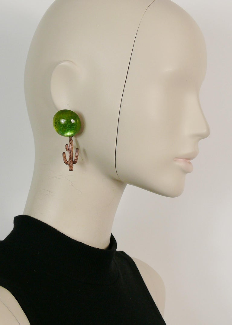HILTON McCONNICO for DAUM vintage dangling earrings (clip-on) featuring a large green pate de verre cabochon top and a copper toned cactus charm.  Embossed HMc DAUM FRANCE.  Indicative measurements : height approx. 6 cm (2.36 inches) / max. width