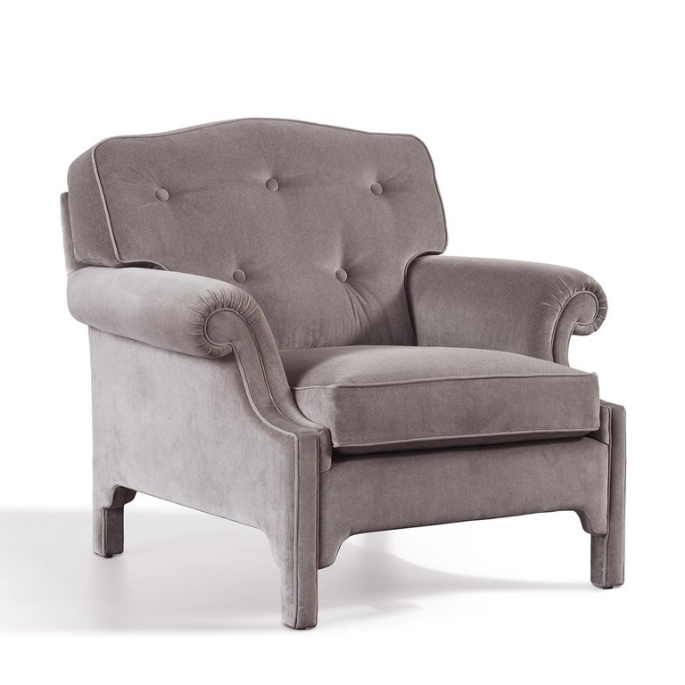 Old-fashioned glamour and exquisite craftsmanship create a stunning piece of functional decor that is both elegantly decorative and comfortably functional. The structure in solid wood features a generous seat, reclined back, and curved, welcoming