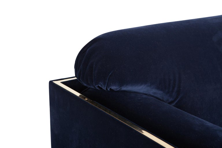 Hollywood regency Armchairs in Dark Blue Velvet and Brass In Good Condition For Sale In Antwerp, BE