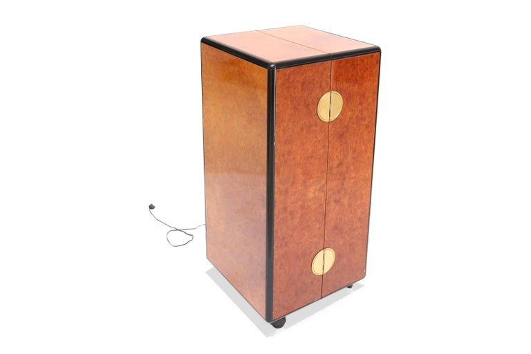 Mid-Century Modern Drinks cabinet on wheels that opens up completely.  In burl, beech, black lacquered wood, brass, bronze mirrored glass.   Continental European, the 1970s. Glam, Hollywood Regency.  Measures: H 100 cm, D 50 cm, W 50 cm.  .