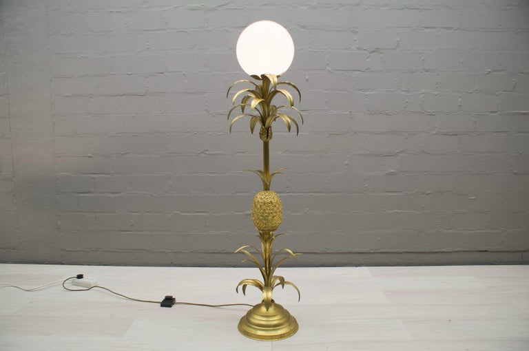 This lamp requires E27 bulbs. Very good vintage condition. Suitable for all living areas and very decorative. Executed in brass, aluminium and cast metal. The lamp needs 1 x E27 Edison screw fit bulb, is wired, and in working condition. It runs