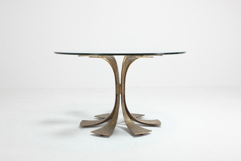Hollywood Regency Hammered Brass Dining Table by Luciano Frigerio In Good Condition For Sale In Antwerp, BE