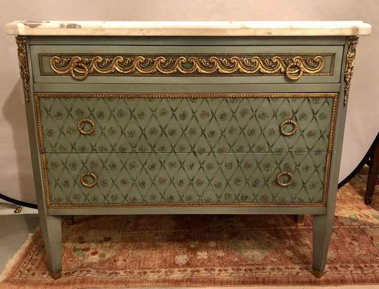 Hollywood Regency Marble-Top Commodes Chests Commode Nightstands Pair In Good Condition For Sale In Stamford, CT