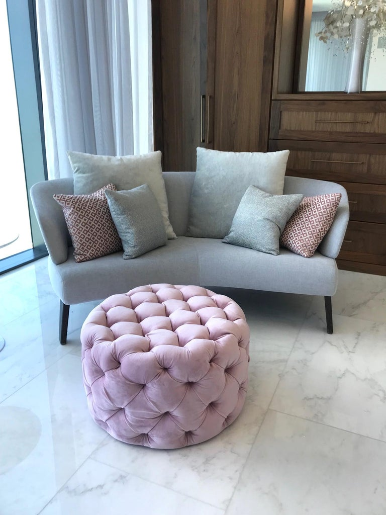 Hollywood Regency Tufted Ottoman in Blush Velvet In Excellent Condition For Sale In Stamford, CT