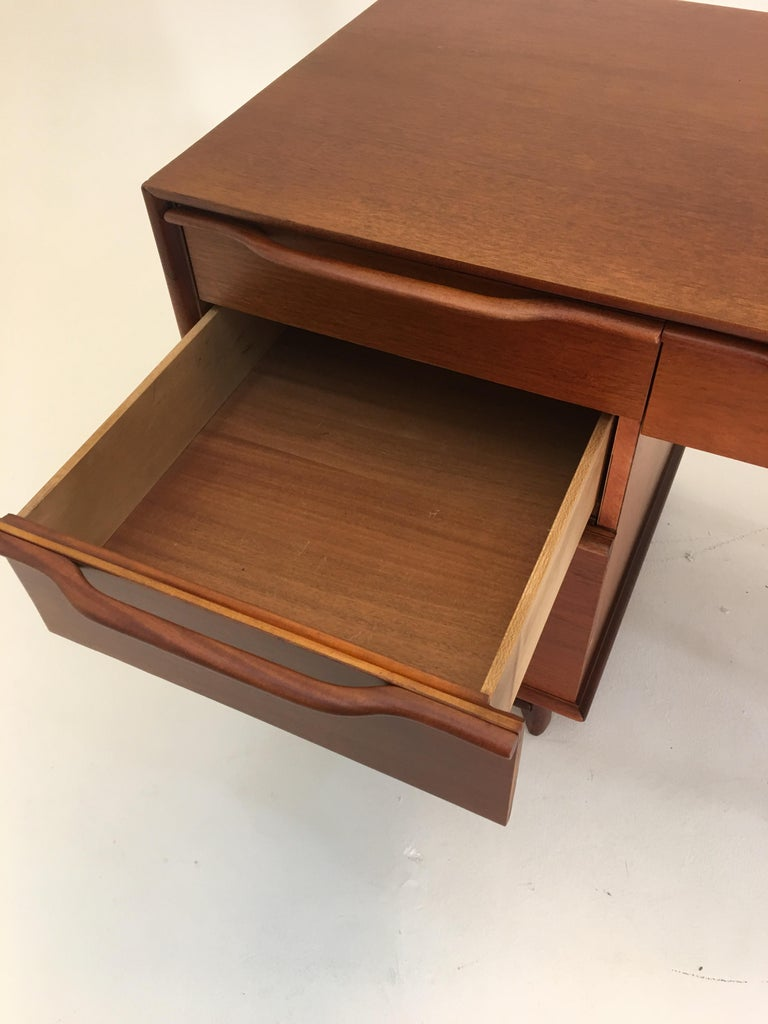 Honduran Mahogany Vanity by Hickory Manufacturing For Sale 5