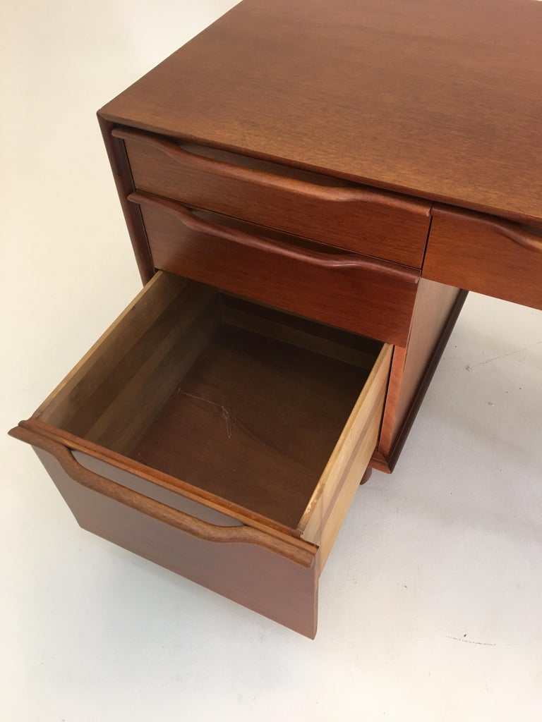 Honduran Mahogany Vanity by Hickory Manufacturing For Sale 6