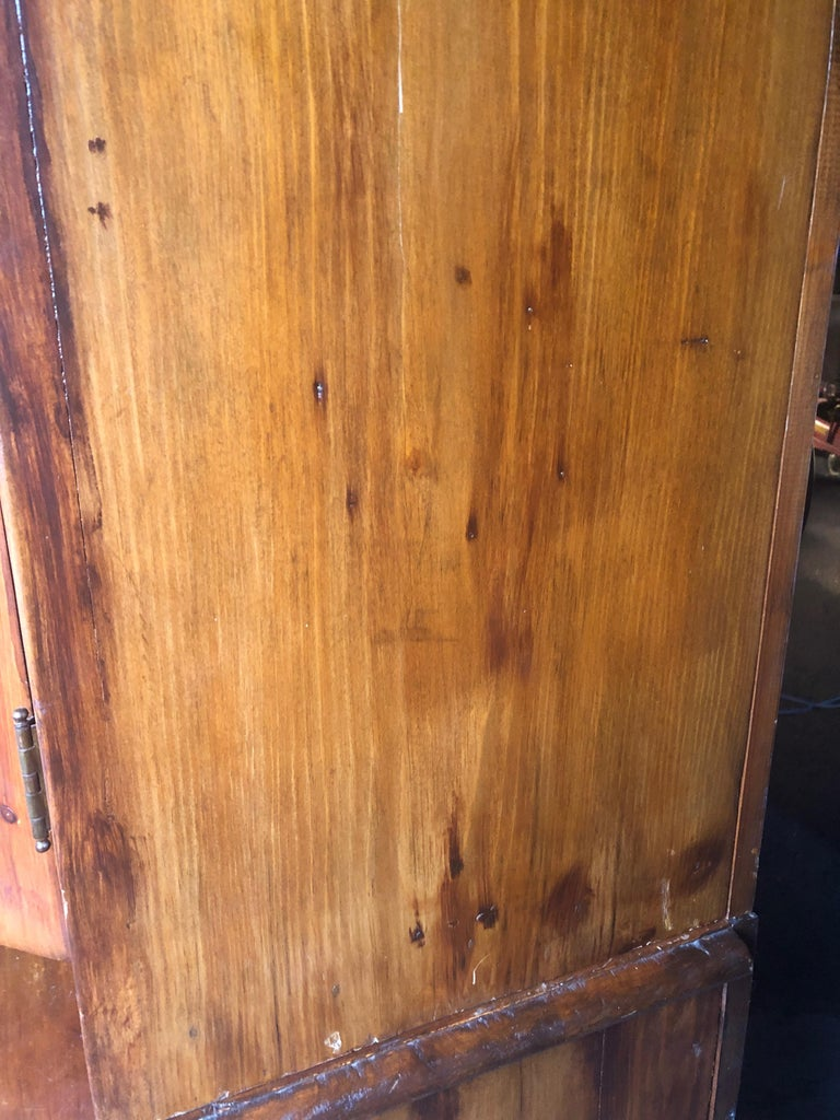 Honey Warm Wood Kitchen Cupboard Cabinet with Lots of Storage In Good Condition In Hopewell, NJ