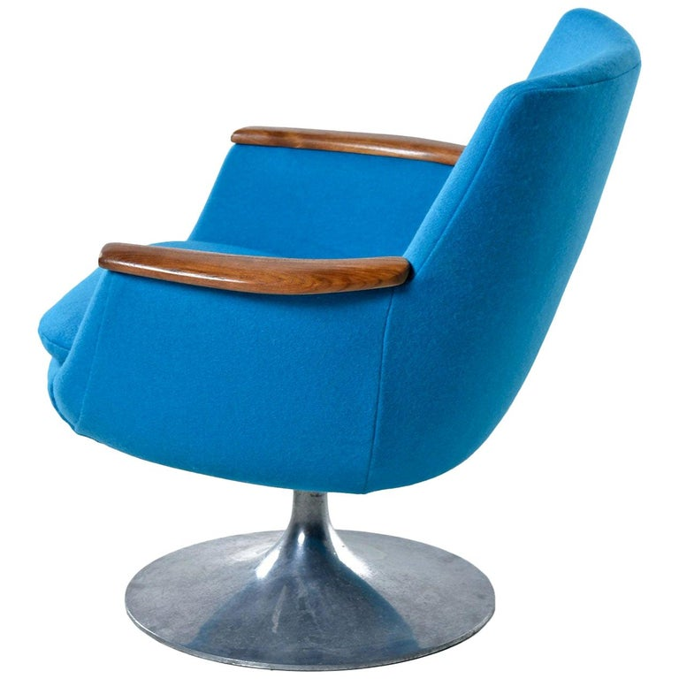 It's difficult to walk past this chair and not smile. At a glance, the look might seem familiar, but we assure you, there is nothing common about this enigmatic pod chair. The tulip base is labeled Hong stole, but we've never seen any pod chairs by